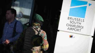 Soldats qui patrouillent à l'aéroport de Charleroi, dans le sud de Bruxelles, le 12 avril 2016.