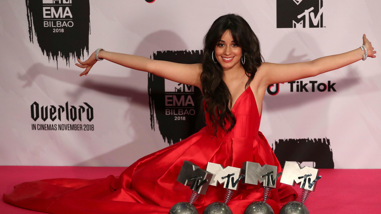 Camila Cabello posa con sus premios durante los MTV Europe Music Awards 2018, en el Bilbao Exhibition Center en Bilbao, España, el 4 de noviembre de 2018.