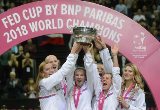 L'équipe de la République tchèque brandie le trophée après avoir remporté la Fed Cup au détriment des Etats-Unis, le 11 novembre 2018 à Prague