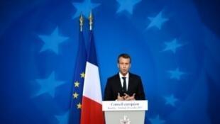 الرئيس الفرنسي إيمانويل ماكرون يتحدث للصحافة إثر اجتماع القادة الأوروبيين في مقر المجلس الأوروبي ببروكسل في 20 تشرين الأول/أكتوبر 2017