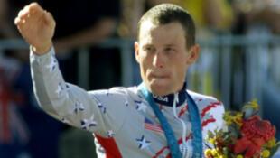 Lance Armstrong avec sa médaille lors des JO de Sydney en 2000.