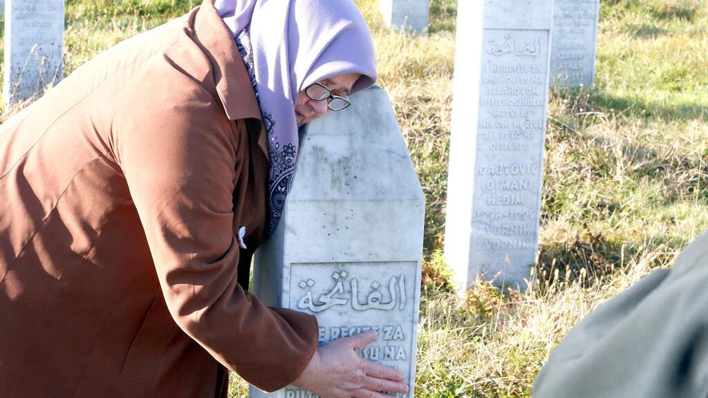 Nedjiba Salihovic abraza la tumba de un familiar enterrado en el Monumento del Genocidio de Srebrenica después de que el Tribunal Penal Internacional para la antigua Yugoslavia (TPIY) anunciase la sentencia de cadena perpetua contra el excomandante militar serbobosnio Ratko Mladic, en Srebrenica (Bosnia Herzegovina) el 22 de noviembre de 2017.