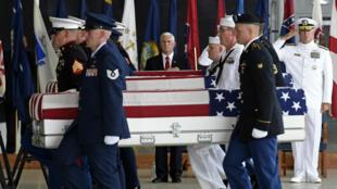 Le vice-président américain, Mike Pence, salue les dépouilles sur la base de Pearl Harbor-Hickam, à Hawaï, le 1er août 2018.