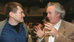 Antoine Volodine et l'ancien directeur de la rédaction de France Inter, Jean-Luc Hees, lors de la remise du prix du Livre Inter en 2000.