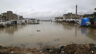 Vista de carpas inundadas de refugiados sirios en la ciudad de Bar Elias, en el valle de Bekaa, Líbano, 7 de enero de 2019.