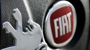 Les logos des constructeurs automobiles Fiat et Peugeot photographiés côte à côte, le 30 octobre 2019.