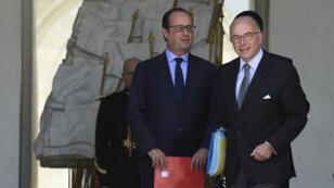 Le président français, François Hollande, et le ministre de l'Intérieur, Bernard Cazeneuve, sur le perron de l'Élysée, le 15 juillet 2015.
