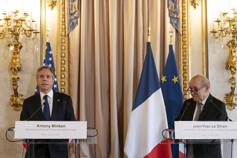 وزير الخارجية الفرنسي جان ايف لودريان (يمين) ونظيره الأميركي أنتوني بلينكن خلال مؤتمر صحافي في وزارة الخارجية الفرنسية بباريس، في 25 حزيران/يونيو 2021