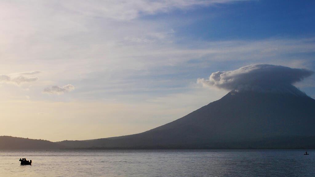 Vista del volcán Concepción desde el lago Cocibolca.