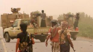 Les forces progouvernementales, rassemblées au sud de l'aéroport de Hodeida, dans l'ouest du Yémen, le 15 juin 2018.