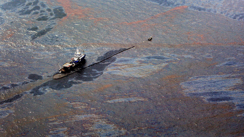 El petróleo flota en la superficie del Golfo de México y alrededor de un bote donde tuvo lugar el derrame por la explosión del 'Deepwater Horizon', en el Golfo de México, el 2 de junio de 2010.