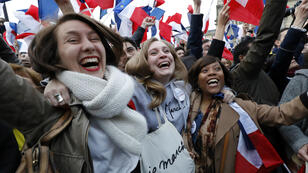 Des supportrices d'Emmanuel Macron au Louvre le 7 mai 2017.