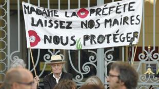 Des manifestants venus soutenir le maire de Langouët, Daniel Cueff, devant le tribunal administratif de Rennes, en Bretagne, le 22 août 2019.