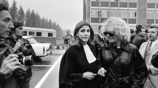 L'avocate Gisèle Halimi, en compagnie de l'actrice Delphine Seyrig, 11 octobre 1972 à Bobigny, lors du procès de Marie-Claire Chevalier, poursuivie pour avoir avorté. AFP PHOTO MICHEL CLEMENT