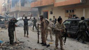 Des soldats pro-gouvernement affrontent des milices islamistes dans une rue de Benghazi, le 2 novembre 2014.