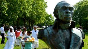Une cérémonie organisée le 5 mai 2018, à Bordeaux, près de la statue de Toussaint Louverture, un homme politique haïtien qui a participé à la révolte des esclaves.