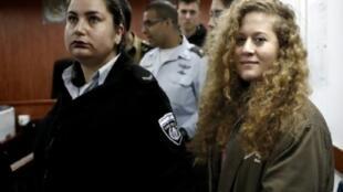 الفلسطينية عهد التميمي عند بدء محاكمتها في 13 شباط/فبراير 2018 في محكمة عسكرية إسرائيلية.