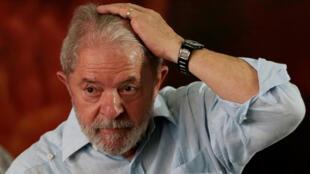 Lula alza los brazos luego de conocer la designación como candidato del Partido de los Trabajadores (PT) a las elecciones en Brasil a pesar de la condena del pasado miércoles