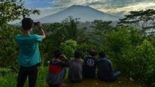 رجل يلتقط الصور لبركان أغونغ في بالي