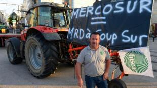El Presidente de la Federación Nacional de Sindicatos de Agricultores, Denis Pineau, participa en una manifestación para protestar contra un pacto comercial de la UE con el Mercosur, el 2 de julio de 2019, en Le Mans, oeste de  Francia.