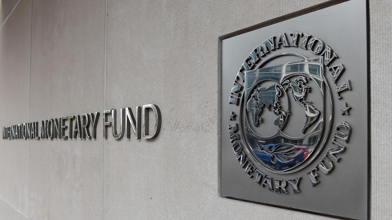 Une plaque du FMI au siège de l'organisation, à Washington, le 20 mars 2020.
