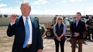 ترامب برفقة نيلسن وخليفتها ماكآلينان خلال زيارة للجدار الحدودي في كاليكسيكو بكاليفورنيا 4 أبريل/نيسان 2019
