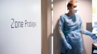 Una integrante del personal médico de un hospital de Marsella, en una zona protegida durante la realización de unas pruebas de detección del coronavirus, el 7 de mayo de 2020 en esa ciudad al sureste de Francia