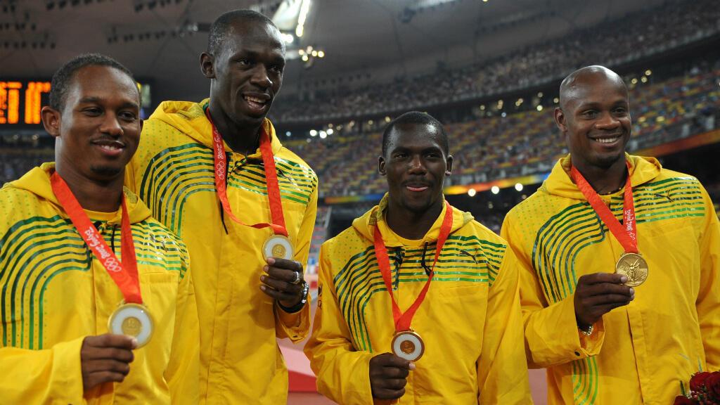 La star du sprint Usain Bolt avec les autres relayeurs jamaïcains après leur victoire aux JO de Pékin.