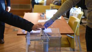 إجراءات وقائية شديدة في مراكز الاقتراع في الانتخابات البلدية الفرنسية 2020.