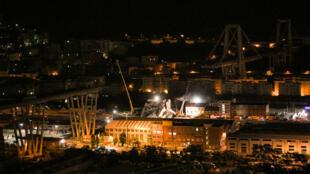Vue d'ensemble à Gênes du pont de Morandi qui s'est effondré en Italie. Nuit du 15 août 2018.