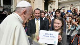 La adolescente sueca Greta Thunberg, activista climática, se encuentra con el Papa Francisco durante la audiencia semanal en la Plaza de San Pedro, en el Vaticano, el 17 de abril de 2019.