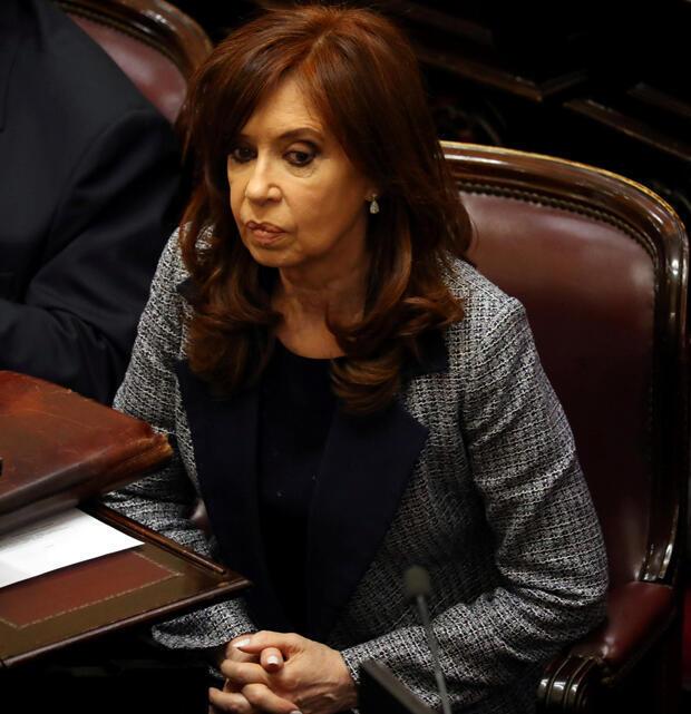 La expresidenta argentina y senadora Cristina Fernández de Kirchner asiste a una sesión en el Senado en Buenos Aires, Argentina, 22 de agosto de 2018.