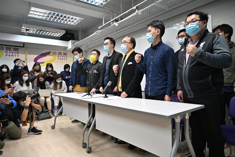 El Presidente del Partido Cívico Alan Leong (frente a la 3ª) y otros miembros gritan consignas mientras celebran una conferencia de prensa en la sede del partido en Hong Kong el 6 de enero de 2021, tras el arresto de docenas de figuras de la oposición en virtud de la Ley de Seguridad Nacional.
