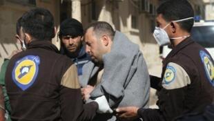 صورة لأحد ضحايا هجوم يشتبه أنه بالأسلحة الكيماوية في مدينة خان شيخون السورية