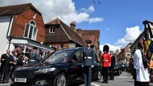 """Deux Spitfire effectuent un passage au-dessus du cortège funéraire de la chanteuse Vera Lynn, à Ditchling, en Angleterre, le 10 juillet 2020, en hommage à celle qui avait été surnommée """"la fiancée des soldats"""" pendant la 2nde guerre mondiale"""