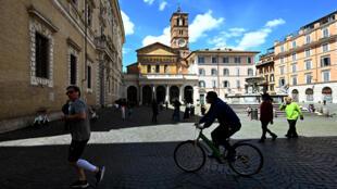 Des Italiens sortent sur la Plaza Santa María du Trastevere, à Rome, le 3 mai 2020.