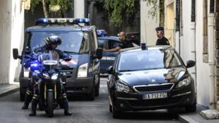 Les gendarmes escortent le véhicule transportant les époux Jacob, le 20 juin, à Dijon.