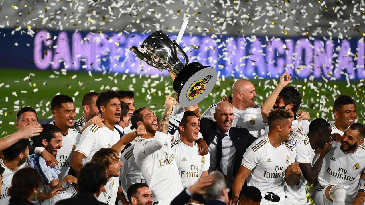 لاعبو النادي الملكي ريال مدريد ومدربهم الفرنسي زين الدين زيدان يحتفلون بانتزاع لقب الدوري رقم 34 في تاريخهم بعد فوزهم في مباراة فياريال. 16 يوليو/تموز 2020.