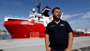 El director de operaciones de SOS Mediterráneo, Fréderic Penard, posa frente al Ocean Viking.