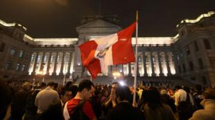 La gente protesta contra la corrupción, tras un escándalo de tráfico de influencias que ha sacudido el sistema de justicia del país, frente al Palacio de Justicia en Lima, Perú, el 19 de julio de 2018.