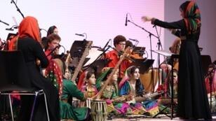 أول أوركسترا أفغانية مؤلفة بالكامل من النساء في الحفل الختامي للمنتدى الاقتصادي العالمي في دافوس 20 ك2/يناير 2017