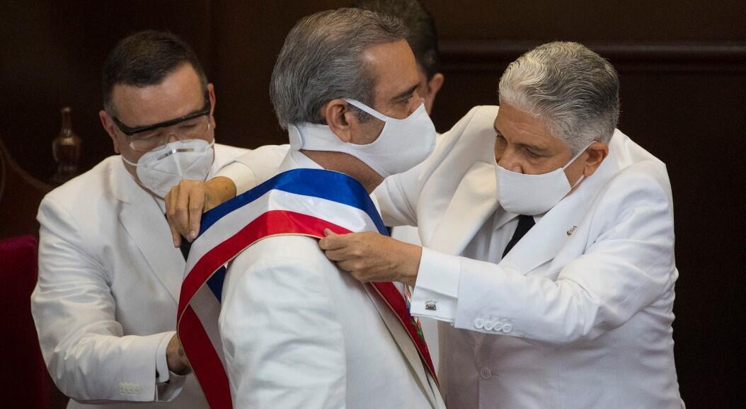 El nuevo mandatario de República Dominicana, Luis Abinader, recibe la banda presidencial por parte del presidente del Senado, Eduardo Estrella, durante la ceremonia de posesión, en Santo Domingo, República Dominicana, el 16 de agosto de 2020.