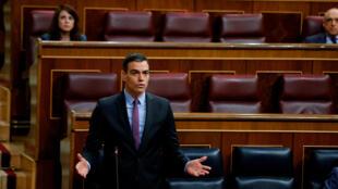 El presidente del gobierno español, Pedro Sánchez, toma la palabra en el parlamento, en Madrid, el 29 de abril de 2020