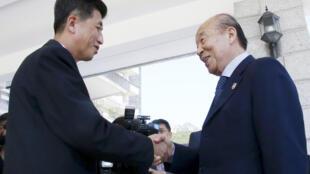 Les chefs des délégations de la Croix-Rouge, le sud-coréen Park Kyung-seo (à droite) et son homologue nord-coréen Pak Yong Il (à gauche) lors de leur rencontre au Mont Kumgang, en Corée du Nord.