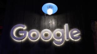"""شعار لشركة """"غوغل"""" معروض في منتدى الاقتصاد العالمي في دافوس في 21 كانون الثاني/يناير 2020"""