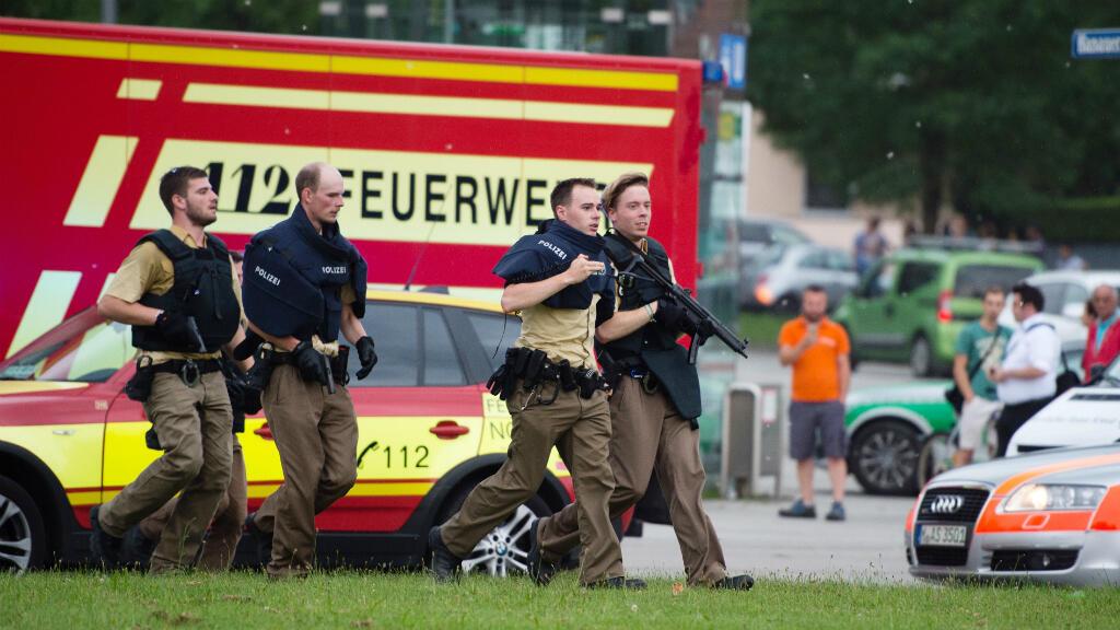 Des policiers allemands se dirigent vers le centre commercial de Munich où a eu lieu la fusillade, le 22 juillet 2016.