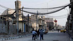 Un grupo de personas camina por una calle de Mosul, Irak, el domingo 27 de octubre de 2019. En esta ciudad, en 2014, Abu Bakr al-Baghdadi anunció la creación de un califato islámico.