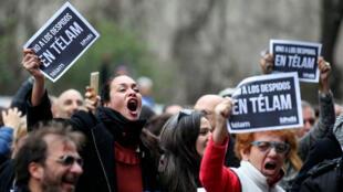 Los trabajadores de la agencia nacional de noticias argentina Telam que fueron despedidos reaccionan durante la transmisión del partido de fútbol de la Copa Mundial de la FIFA entre Argentina y Francia en Buenos Aires, Argentina. 30 de junio, 2018.