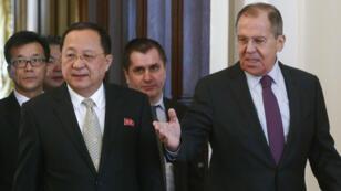 El ministro de Asuntos Exteriores de Rusia, Serguéi Lavrov, dialoga con su homólogo norcoreano, Ri Yong Ho, durante una reunión en Moscú, el 10 de abril de 2018.