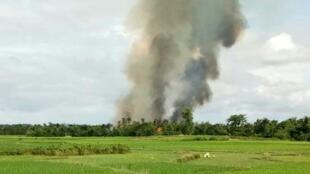 أعمدة الدخان تتصاعد من قرية تحترق في منطقة قريبة من مونغداو في ولاية راخين في 30 آب/أغسطس 2017